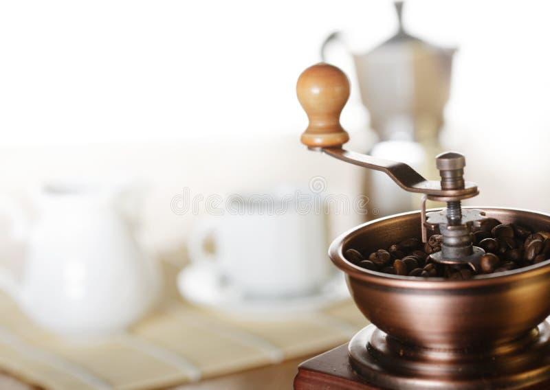 做咖啡 磨咖啡器,咖啡杯,咖啡moka 免版税库存照片