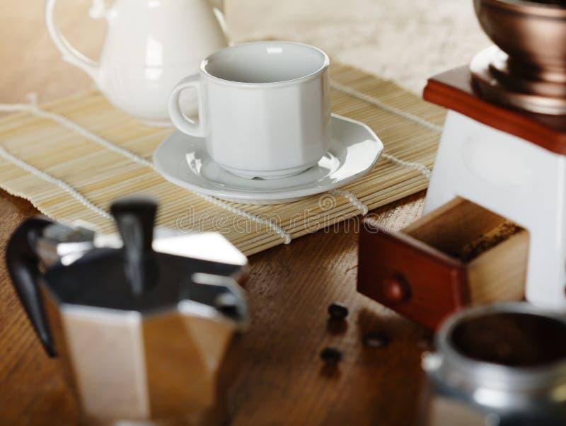 做咖啡 磨咖啡器,咖啡杯,咖啡moka 图库摄影