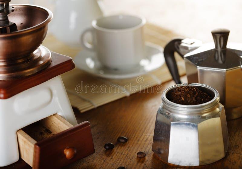 做咖啡 磨咖啡器,咖啡杯,咖啡moka 库存图片