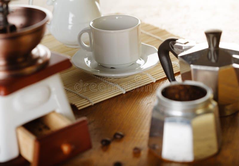 做咖啡 磨咖啡器,咖啡杯,咖啡moka 库存照片