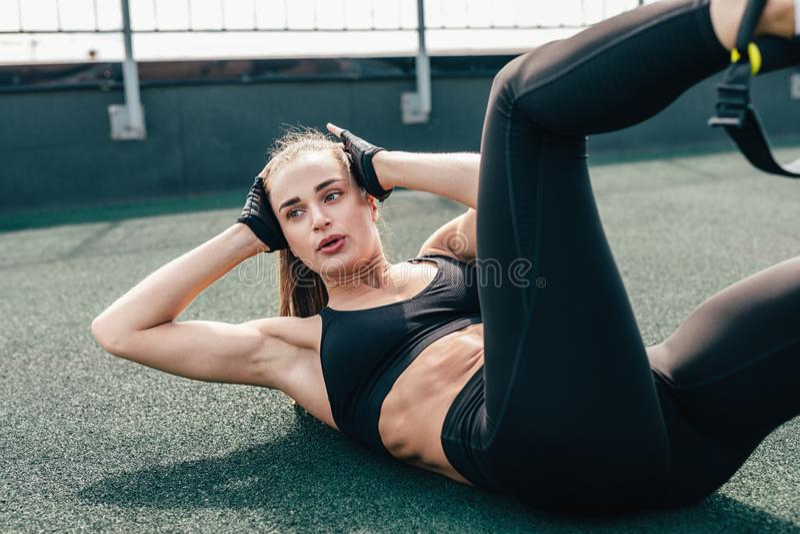 做咬嚼的妇女 做胃肠锻炼的年轻女性 免版税库存照片
