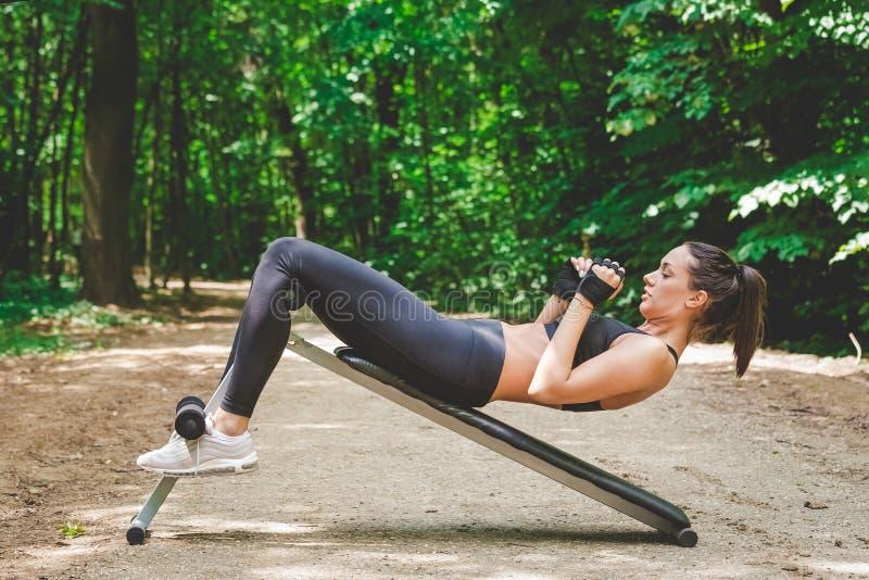 做咬嚼的年轻健身妇女户外 免版税图库摄影