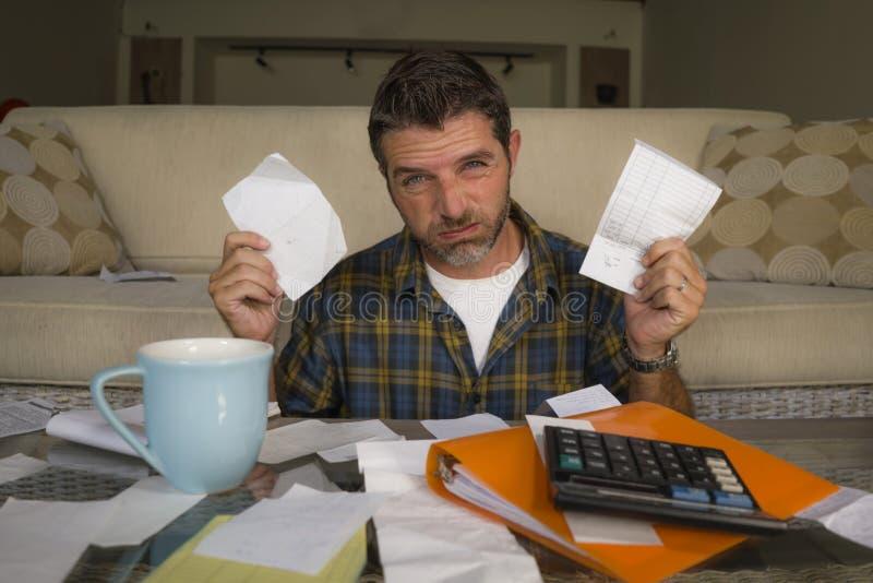 做国内认为的被淹没的和担心的痛苦经济的沮丧的人在家客厅长沙发越过 免版税库存图片