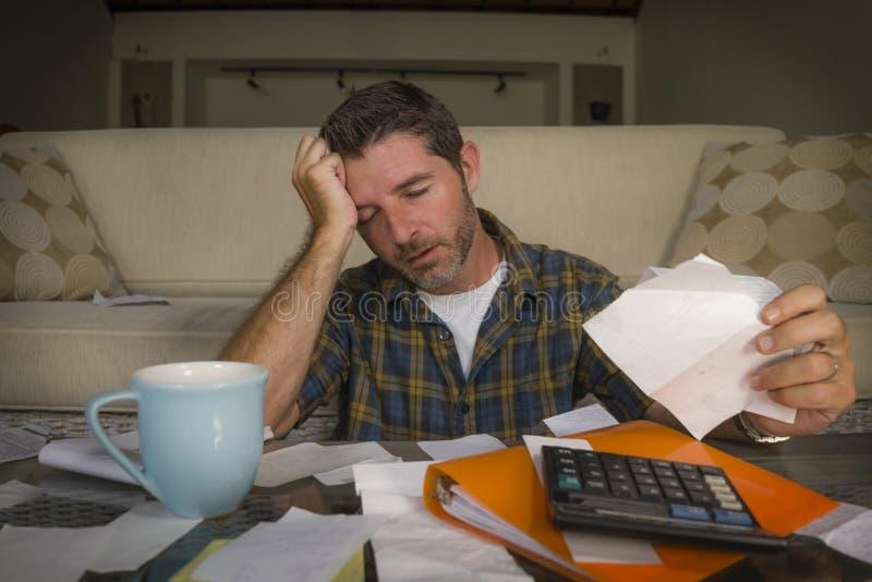 做国内认为的被淹没的和担心的痛苦经济的沮丧的人在家客厅长沙发越过 库存图片
