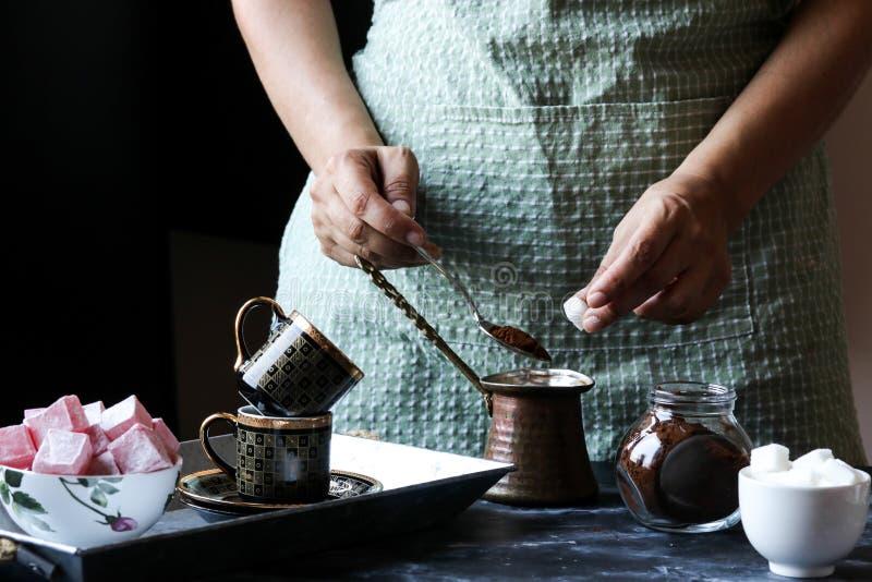 做土耳其咖啡 库存照片