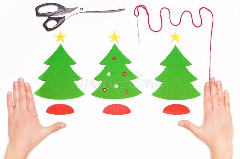 做圣诞节与毛毡的贺卡在白色 库存照片