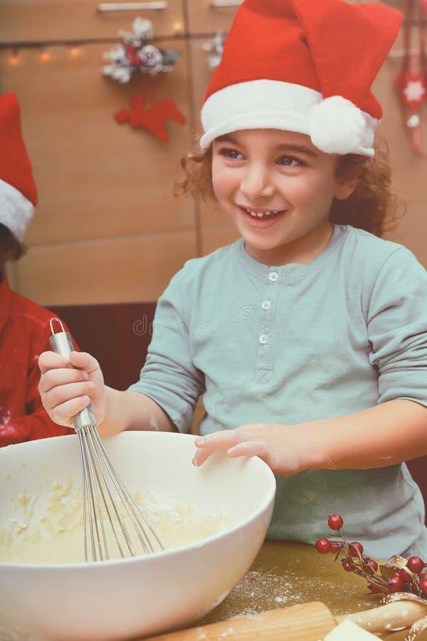 做圣诞节曲奇饼的小男孩 免版税库存图片