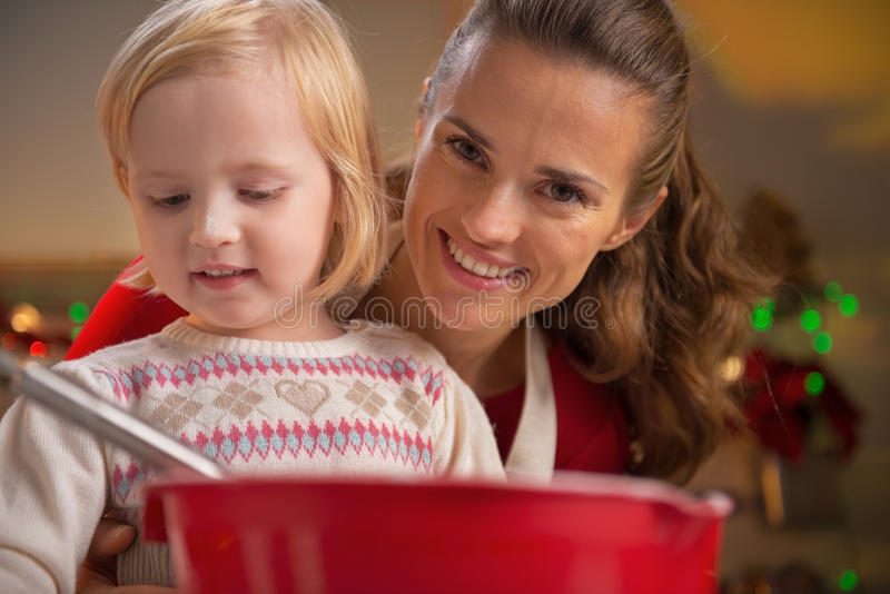 做圣诞节曲奇饼的母亲和婴孩 库存图片