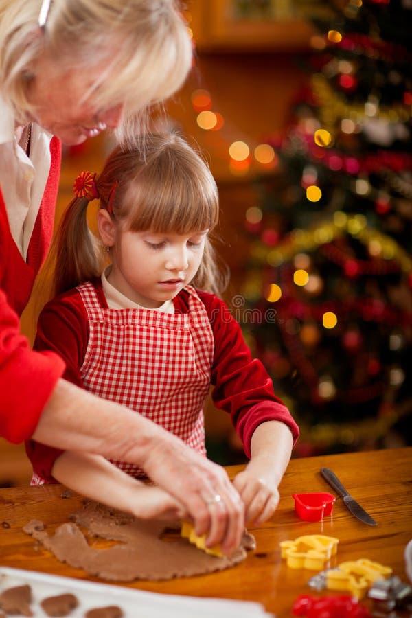 做圣诞节的家庭定期的祖母和孙烹调 免版税图库摄影
