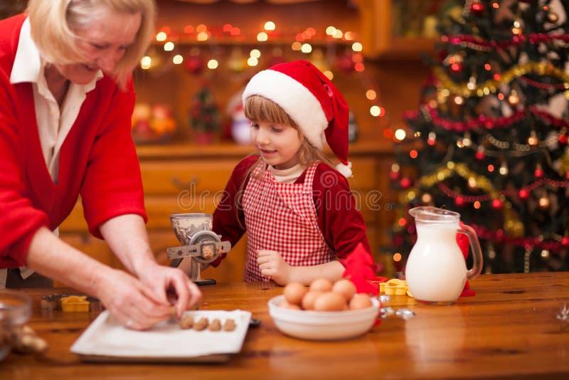 做圣诞节的家庭定期的祖母和孙烹调 免版税库存照片
