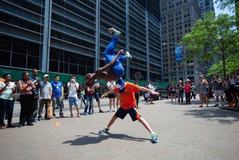 做在一个游人的一个黑人一个翻筋斗在更低的曼哈顿 库存照片