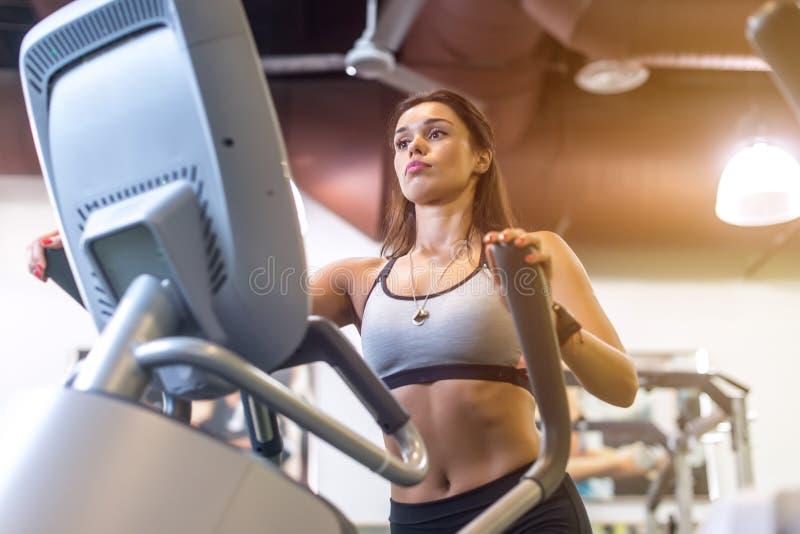 做在一位省略教练员的适合的妇女锻炼 库存照片