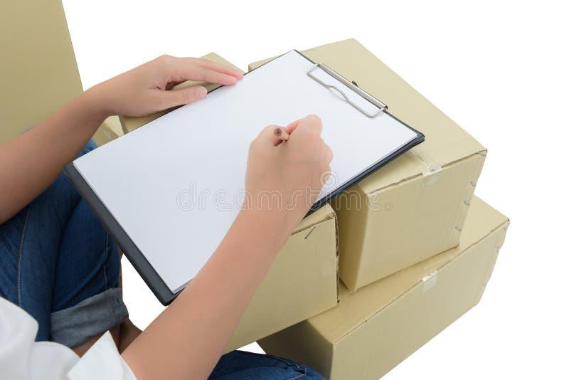 做在交付收据的传讯者笔记在小包中在箱子 免版税图库摄影