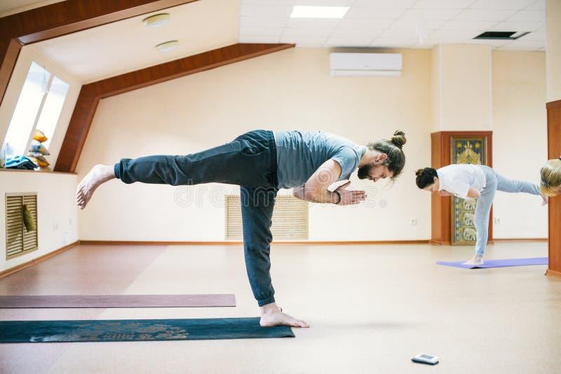 做在健身房的人瑜伽实践 精神和锻炼概念 库存图片