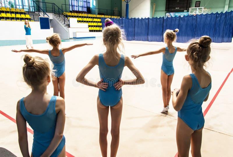 做在健身房的女孩锻炼 库存照片