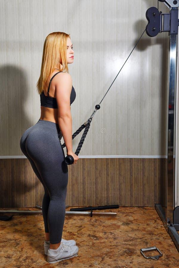做在健身房的女孩锻炼 免版税图库摄影
