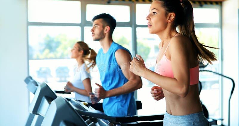 做在健身房的年轻可爱的妇女心脏训练 免版税库存图片
