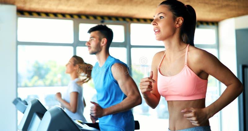 做在健身房的年轻可爱的妇女心脏训练 库存照片