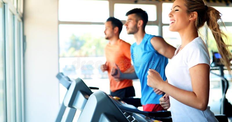 做在健身房的年轻可爱的妇女心脏训练 免版税库存照片