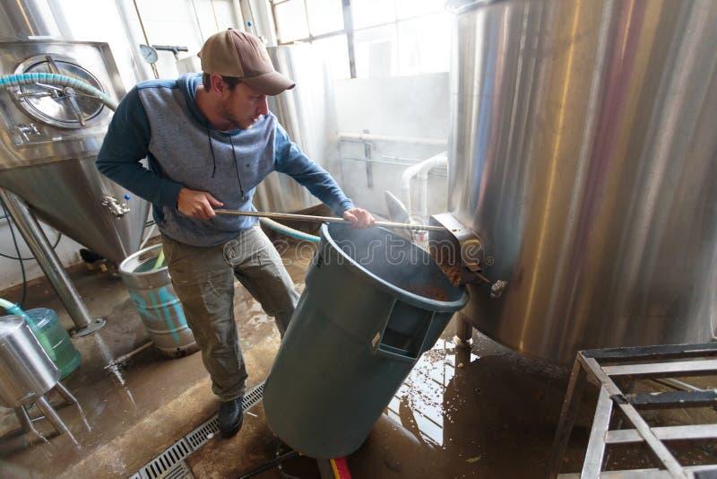 做在啤酒厂的商业工艺啤酒 免版税图库摄影