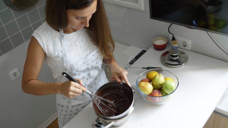 做在家做的巧克力的主妇 免版税库存图片