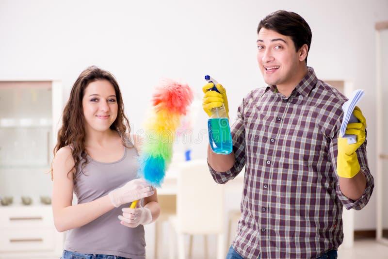做在家清洗的妻子和丈夫 库存图片