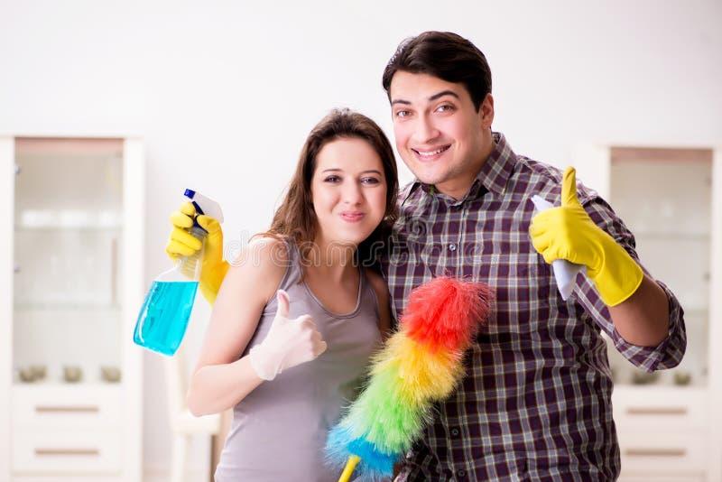 做在家清洗的妻子和丈夫 免版税库存图片