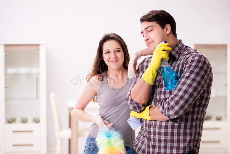 做在家清洗的妻子和丈夫 图库摄影