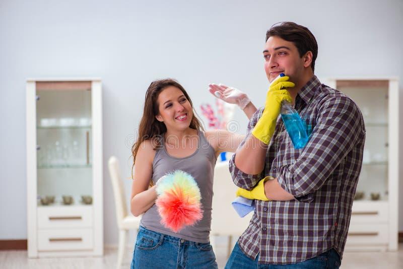 做在家清洗的妻子和丈夫 库存照片