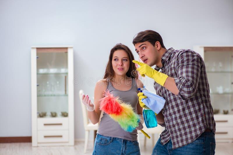 做在家清洗的妻子和丈夫 免版税库存照片