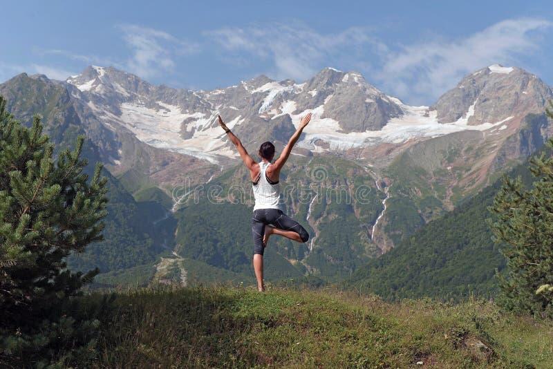 做在山的女孩瑜伽 免版税库存照片
