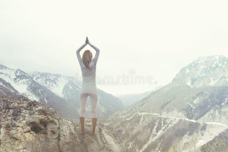 做在山的妇女瑜伽 免版税图库摄影