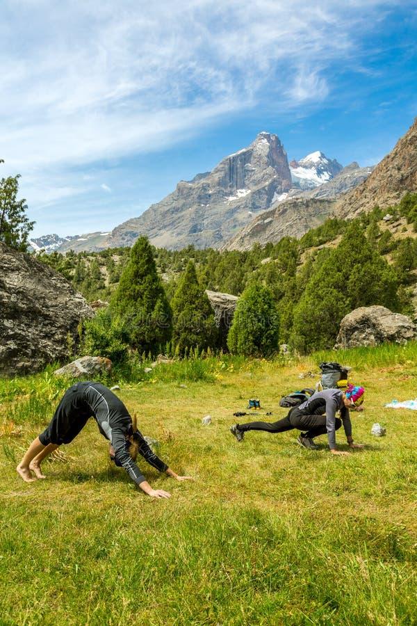 做在山的少妇早晨健身 库存图片