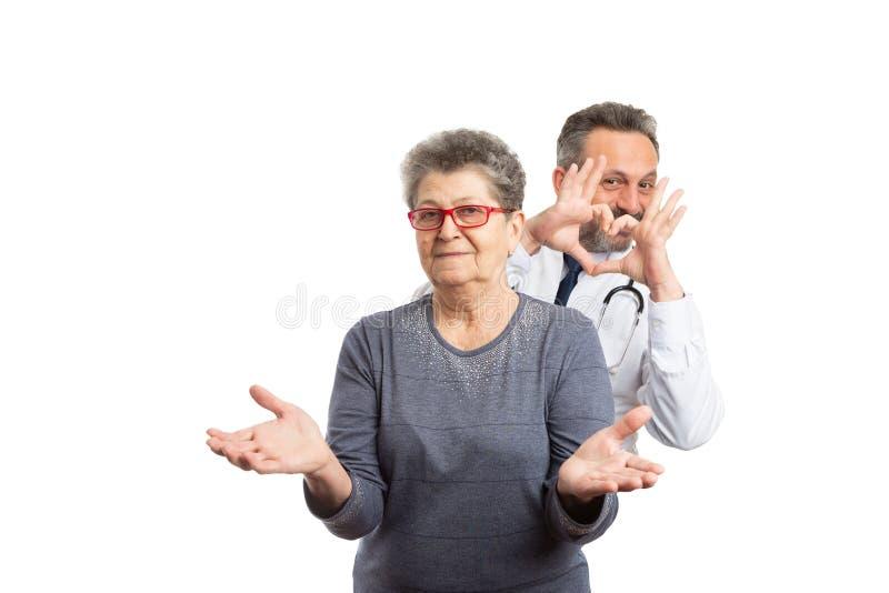 做在患者后的军医心脏姿态 免版税库存图片
