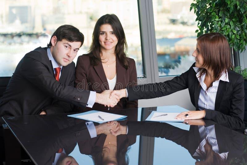 做在成交的两个商人握手 免版税库存照片