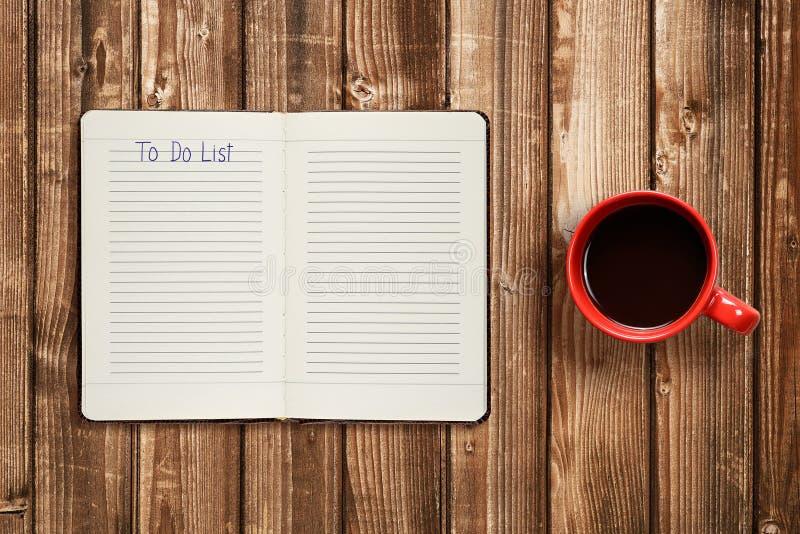 做在日志和咖啡杯的名单 免版税库存照片