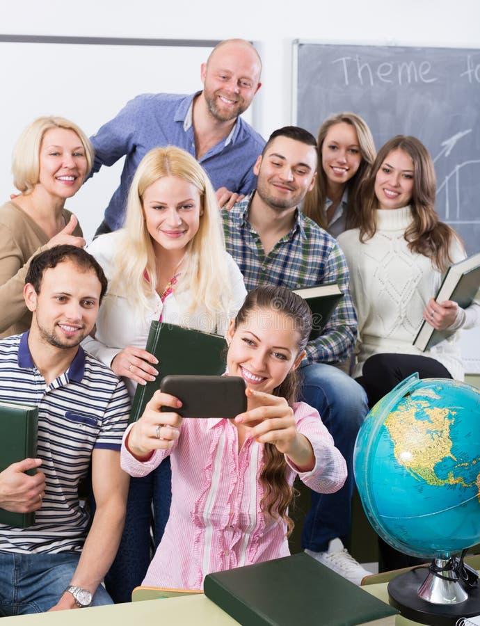 做在智能手机的另外年龄的学生小组selfie 免版税库存图片