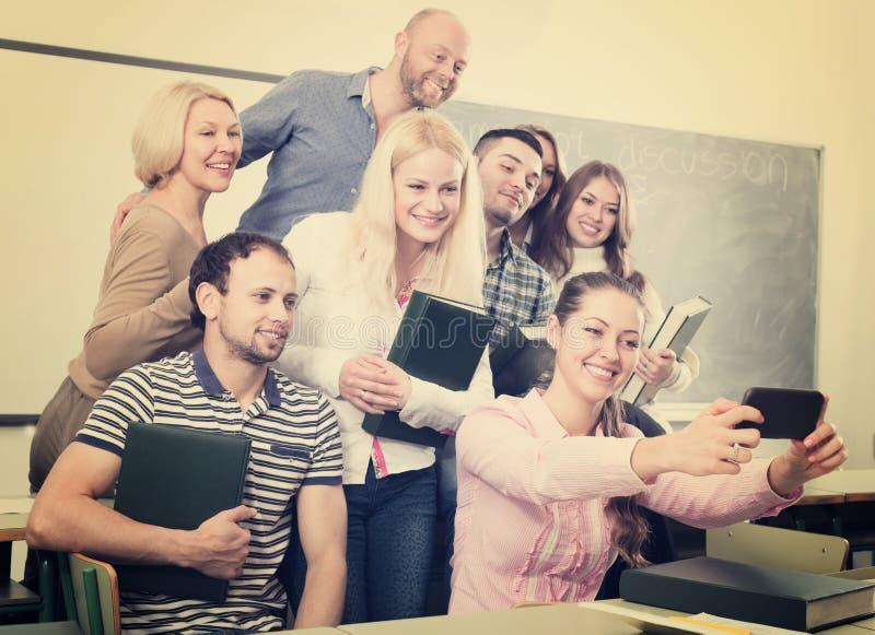 做在智能手机的另外年龄的学生小组selfie 免版税图库摄影