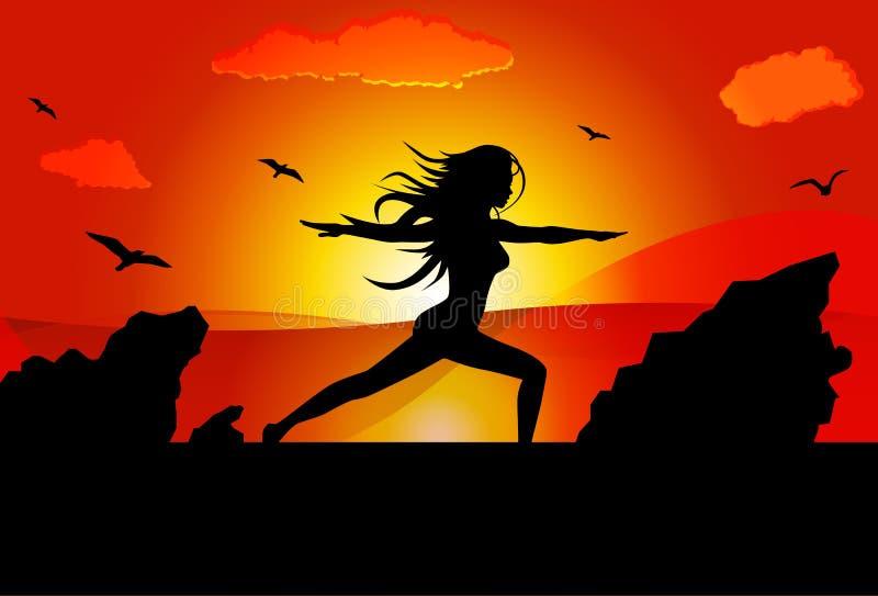 做在海滩的妇女瑜伽在战士姿势的日落期间 向量例证