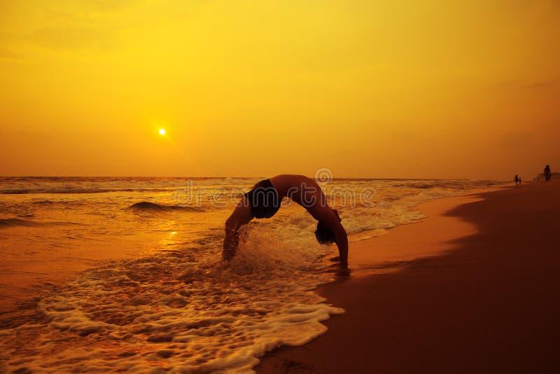 做在照片的运动概念育日落一种健康生活方式的海滩人体拍摄时间highsierra登山包怎么样图片