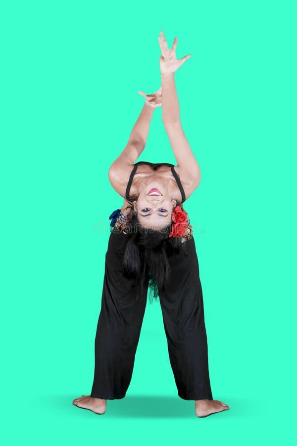 做在演播室的年轻女人zumba舞蹈 库存图片