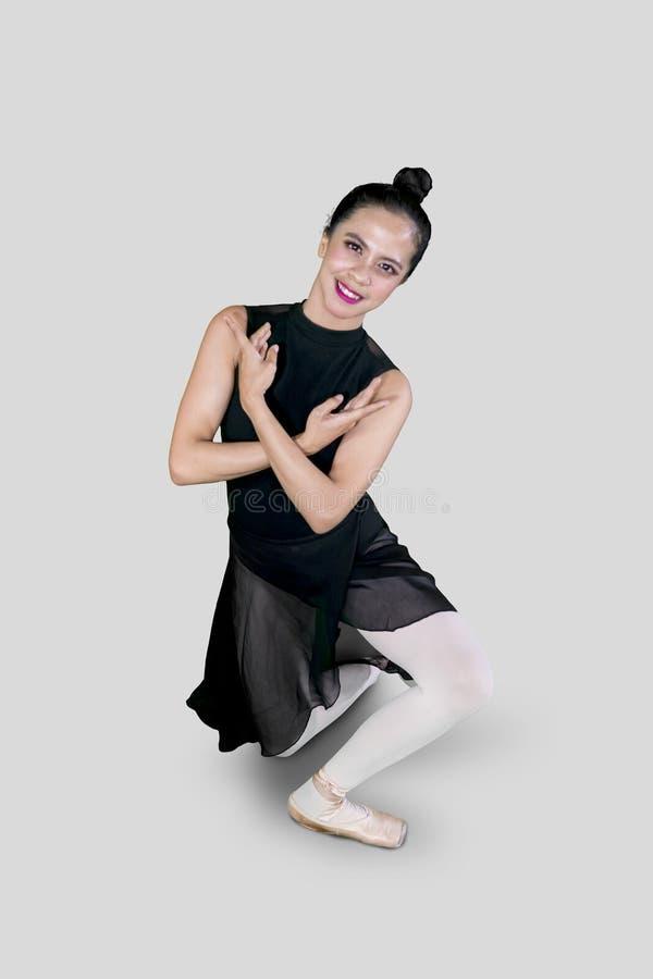 做在演播室的美丽的芭蕾舞女演员舞蹈锻炼 免版税库存图片