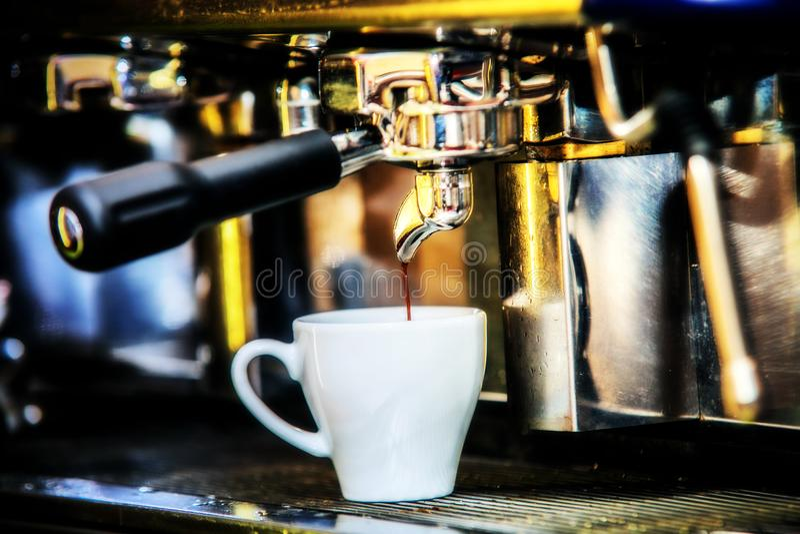 做在白色玻璃的煮浓咖啡器特别浓咖啡 免版税库存图片