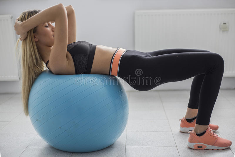 做在省略教练员的妇女锻炼 免版税库存图片