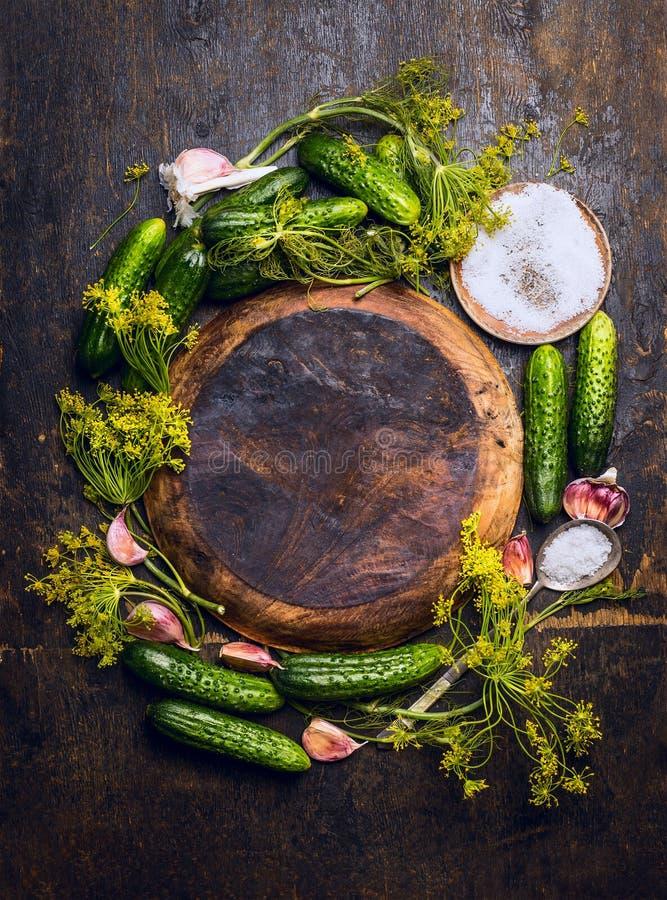 做在空的木板材附近的酱瓜的成份在土气背景 库存图片