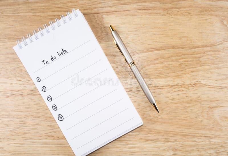 做在笔记本6的名单 库存图片