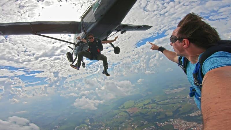 做在美妙的天空的飞将军一selfie 库存照片