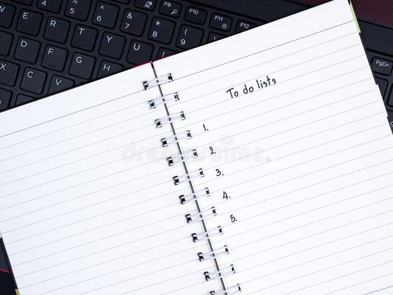 做在膝上型计算机键盘的名单 免版税库存照片