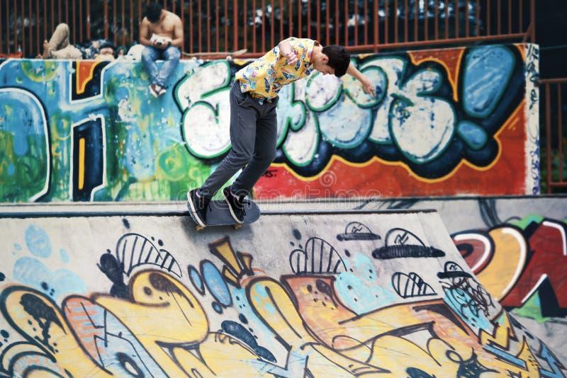 做在舷梯的都市溜冰者把戏在skatepark 免版税库存照片