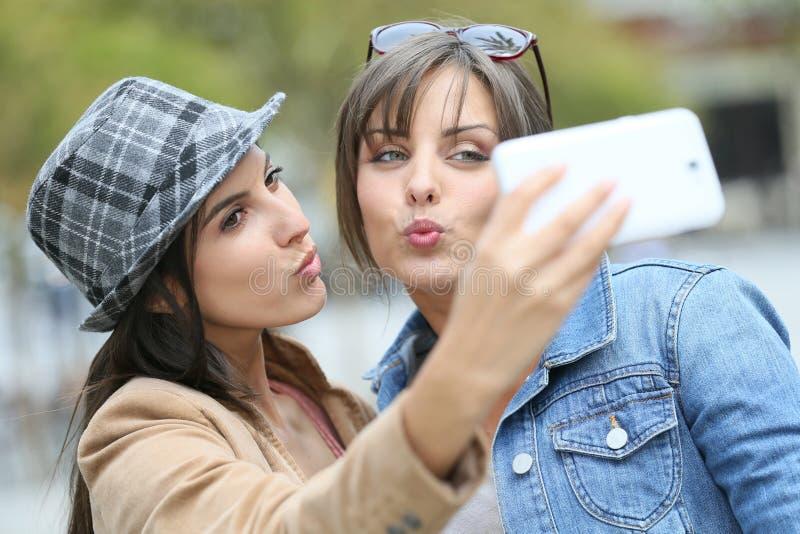 做在街道的女朋友selfie 免版税库存照片